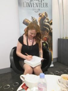 Andrea nous signe notre exemplaire avec un stylo aux couleurs cuivrées très steampunk !
